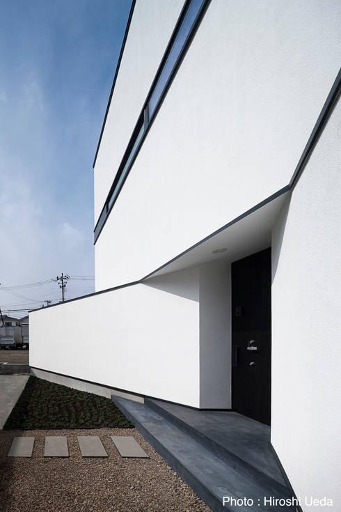 玄関アプローチ: 石川淳建築設計事務所が手掛けた家です。