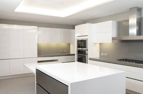 Cocina: Cocinas de estilo moderno por ArquitectosERRE