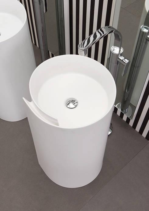 Monoroll - Design Nendo: Bagno in stile in stile Moderno di Ceramica Flaminia