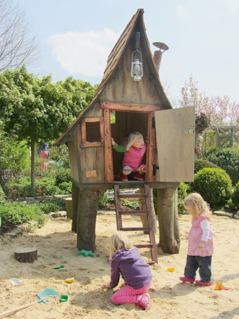 Märchenhaftes Spielhaus für die Kinder: rustikaler Garten von Steffen GmbH
