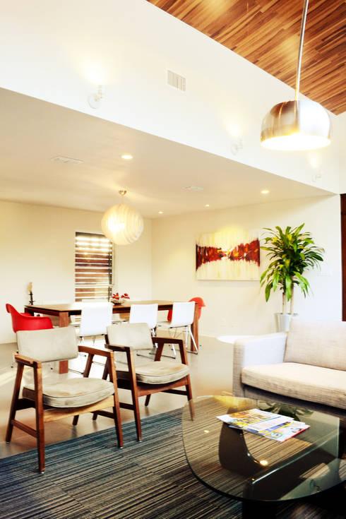 Casa LR:  de estilo  por Lopez Resendez STUDIO