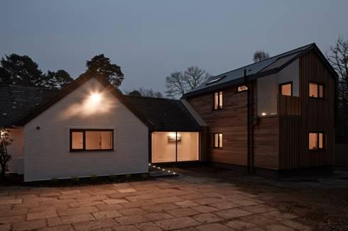 House in Hiltingbury:   by LA Hally Architect
