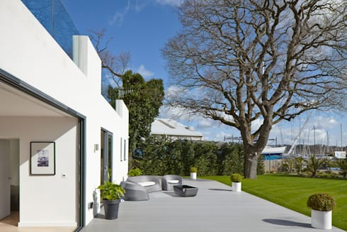 House in Hamble-Le-Rice:   by LA Hally Architect