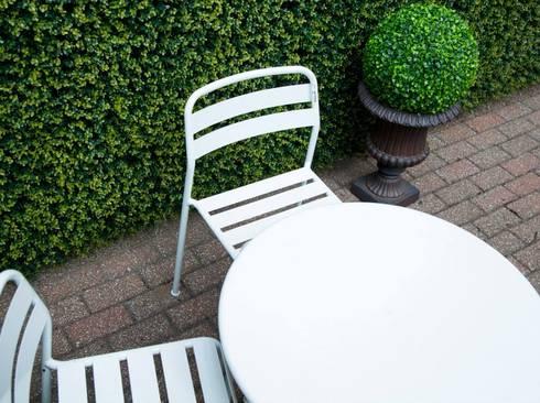 Ranka en el jardín : Balcones y terrazas de estilo rústico por Ranka Follaje Sintético