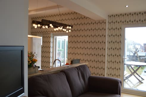 'Undulating Feather' bespoke wallpaper in Hampshire home:  Walls by Rachel Reynolds