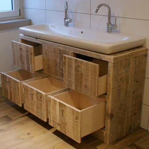 Bagno in stile in stile Rustico di timberclassics  -  Bauholzmöbel - markant, edel, individuell