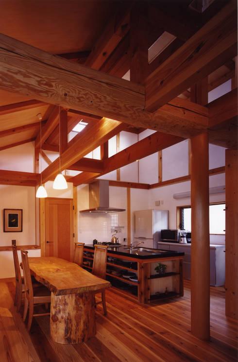 薪塀の家 内観 若夫婦のキッチン: 東山明建築設計事務所が手掛けたキッチンです。