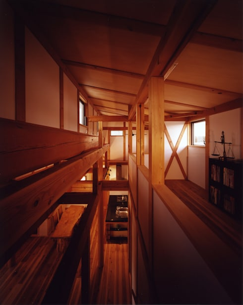 薪塀の家 内観 若夫婦の二階多目的室と階段: 東山明建築設計事務所が手掛けた廊下 & 玄関です。