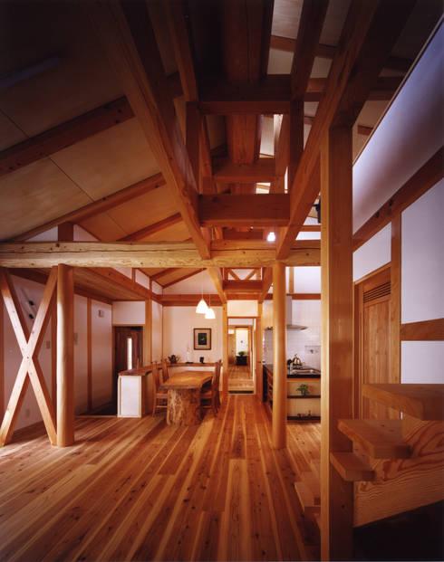 薪塀の家 内観 若夫婦のダイニング: 東山明建築設計事務所が手掛けたダイニングです。