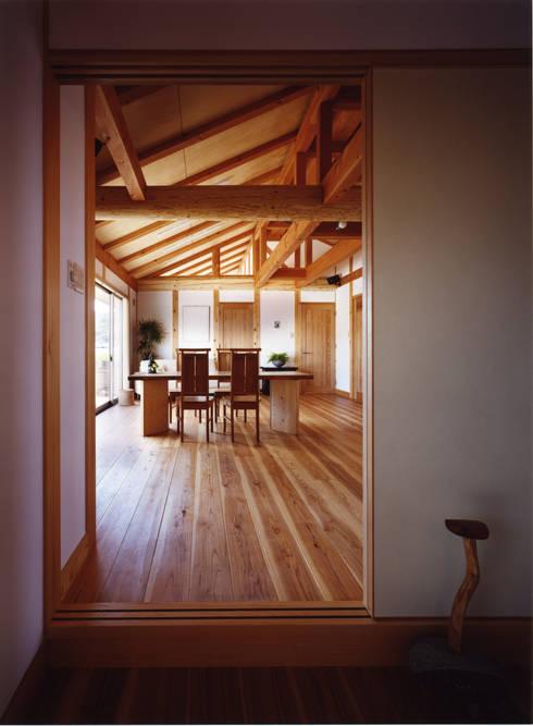 薪塀の家 内観 老夫婦リビング&ダイニング: 東山明建築設計事務所が手掛けたリビングです。