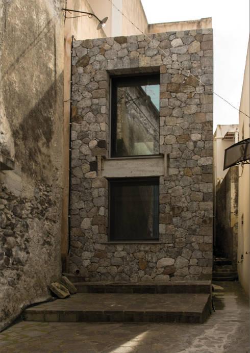 facciata principale casa O: Case in stile  di grecoarchitetture