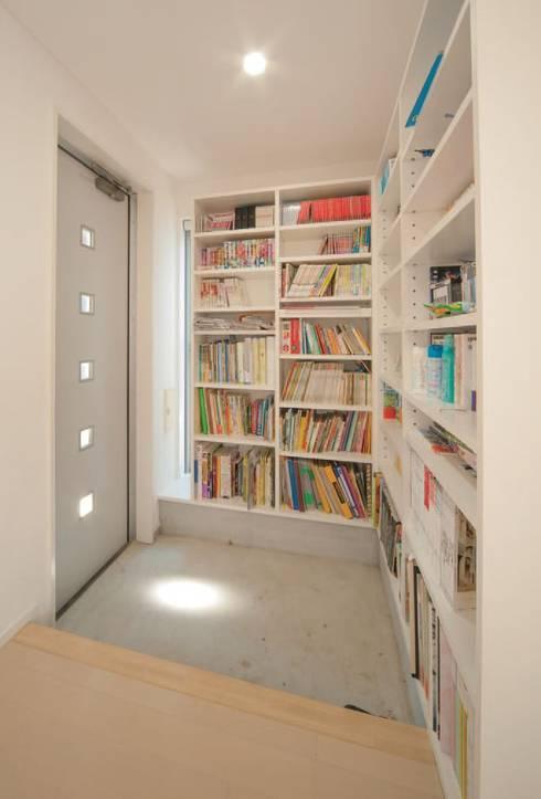 中庭のある家: A-box設計室が手掛けた廊下 & 玄関です。