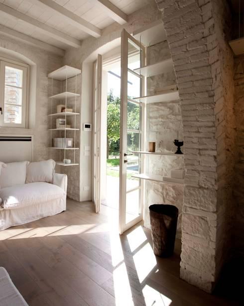Rustico di Seravezza (Forte dei Marmi): Soggiorno in stile  di Architetto Silvia Giacobazzi
