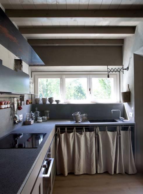 Rustico di Seravezza (Forte dei Marmi): Cucina in stile in stile Rustico di Architetto Silvia Giacobazzi