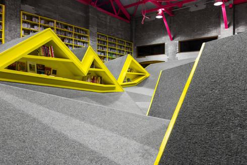 Niños Conarte: Salas multimedia de estilo industrial por Anagrama