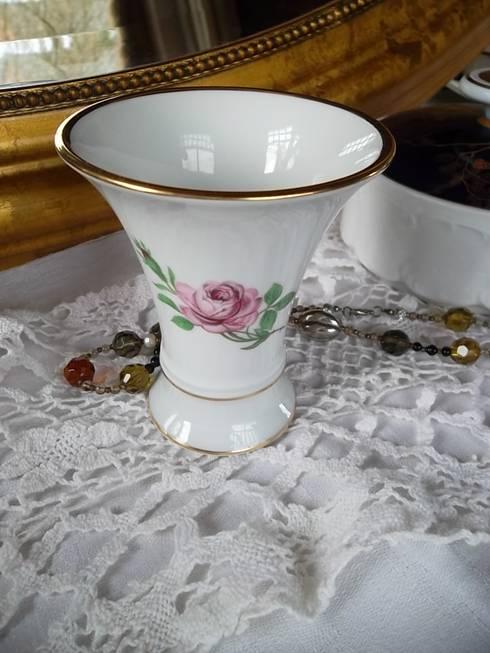 elegante kleine Vase Porzellanmanufaktur Fürstenberg rote Rose Goldrand:  Wohnzimmer von homify