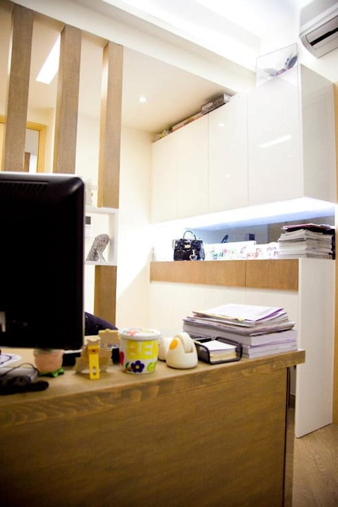 峻弦 Aria:  Living room by GARY WONG Interior Design