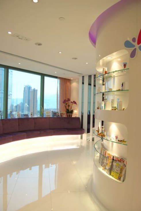 Display wall and seating area.:  Offices & stores by Oui3 International Limited