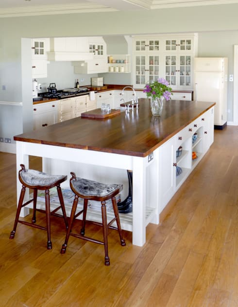 Traditional country kitchen style:  Kitchen by NAKED Kitchens
