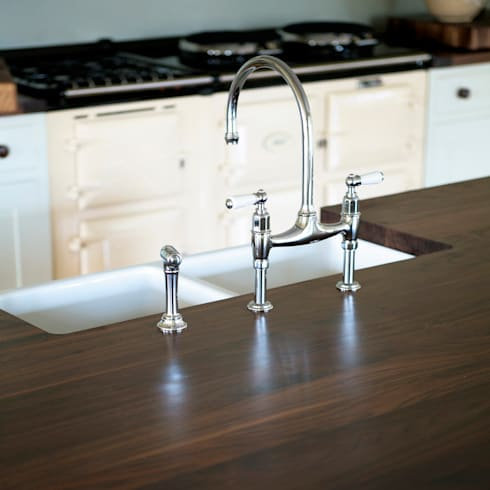 Classic touches in this country kitchen.: country Kitchen by NAKED Kitchens