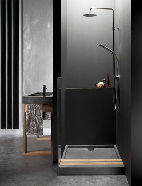 SIMI - Plato de duchay mueble: Baños de estilo mediterráneo de BATHCO