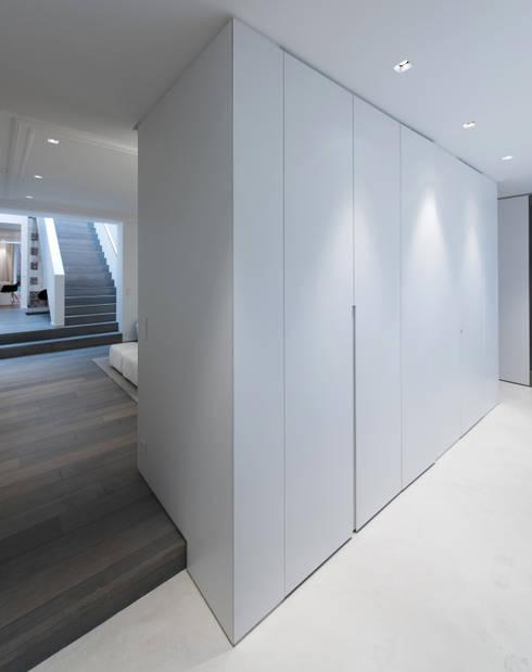 Habitation Privée Vieux-Lille: Couloir et hall d'entrée de style  par mayelle architecture intérieur design