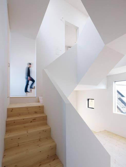 Corridor & hallway by ハイランドデザイン一級建築士事務所
