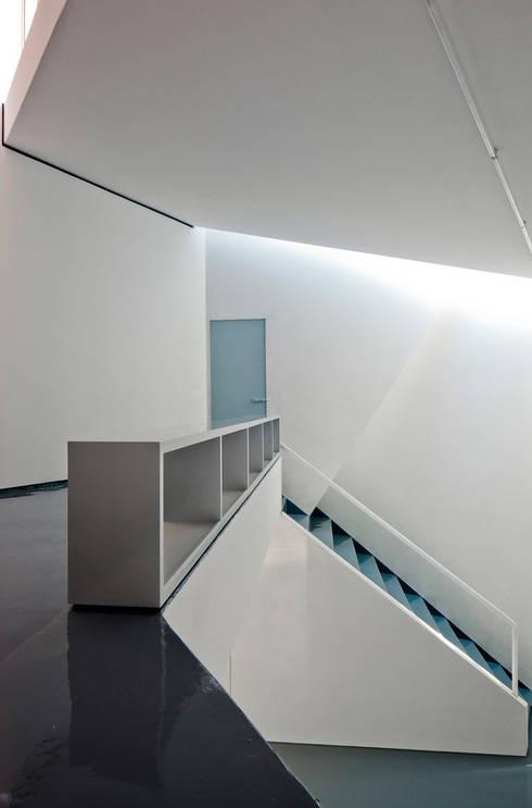 Mini-Estudio:  de estilo  por FRENTE arquitectura