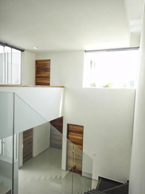 Casa Zaragoza: Pasillos y recibidores de estilo  por Abraham Cota Paredes Arquitecto