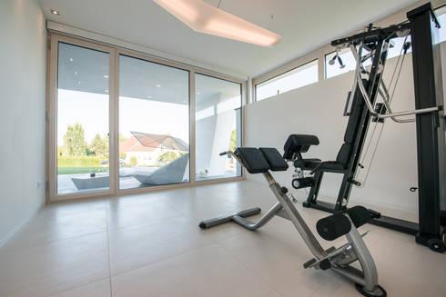 Fitnessraum modern  Pultdach modern interpretiert in dynamischer Architektur von FLOW ...