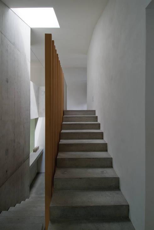 Zwei Wohnkulturen unter einem Dach:  Flur & Diele von Halle 58 Architekten