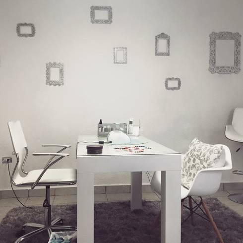 ESCRITORIO LAMINADO BLANCO : Oficinas y tiendas de estilo  por REM CARPINTERÍA