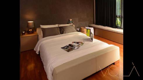 Bedok Ria Crescent Town House: modern Bedroom by VOILÀ Pte Ltd