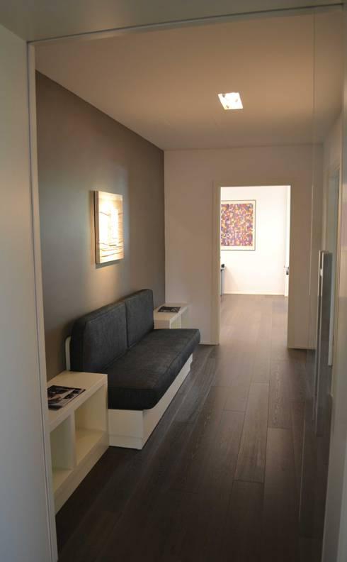 Прихожая, коридор и лестницы в . Автор – archbcstudio