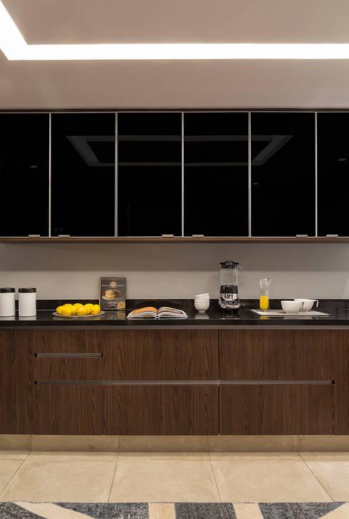 Apartamento Itaim: Cozinhas modernas por Lore Arquitetura