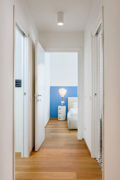 CESCOLINA SUI NAVIGLI: Ingresso & Corridoio in stile  di NOMADE ARCHITETTURA E INTERIOR DESIGN
