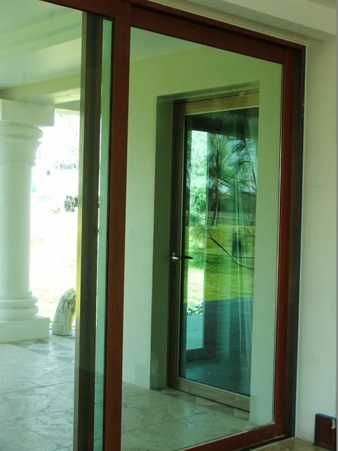Interiores en Madera exterior Aluminio: Ventanas de estilo  por Multivi