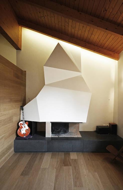 Casa tra le colline abruzzesi: Soggiorno in stile  di Luca Mancini   Architetto