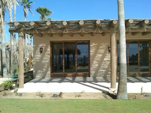 Casa vacacional en Los Cabos: Ventanas de estilo  por Multivi