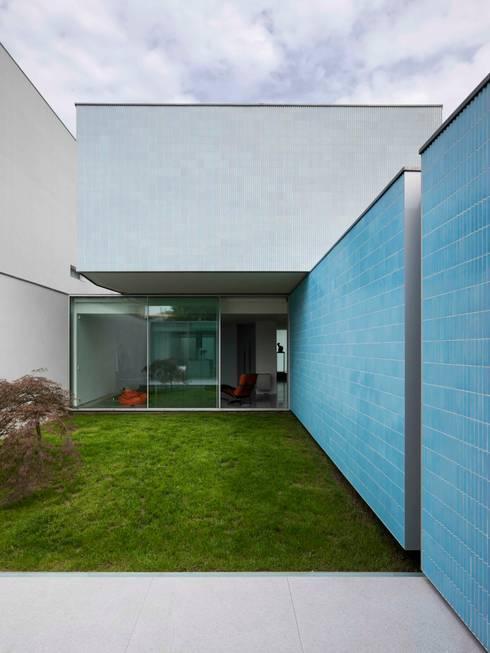Casa Ricardo Pinto: Jardins  por CORREIA/RAGAZZI ARQUITECTOS