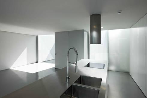 Casa Ricardo Pinto: Cozinhas modernas por CORREIA/RAGAZZI ARQUITECTOS