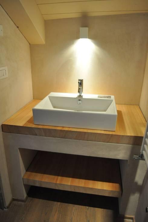 top sottolavello in massello di larice: Bagno in stile  di Rizzo 1830