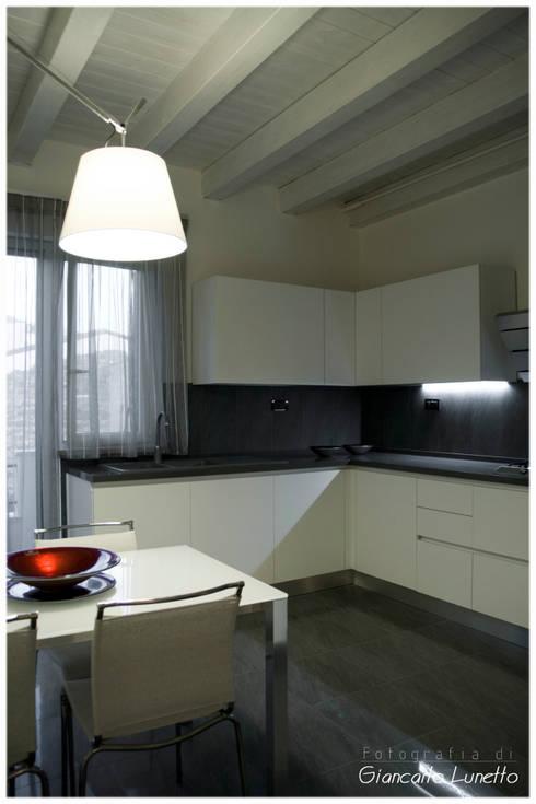La zona cottura: Cucina in stile in stile Moderno di Ignazio Buscio Architetto