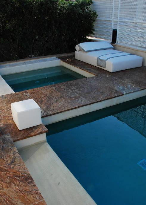 Villa al mare- Bisceglie: Piscine in stile  di Silvia Cassetta kNoWarchitecture