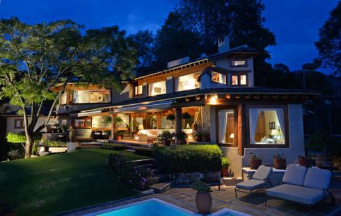 Casa del Lago: Casas de estilo rústico por LOGUER Design