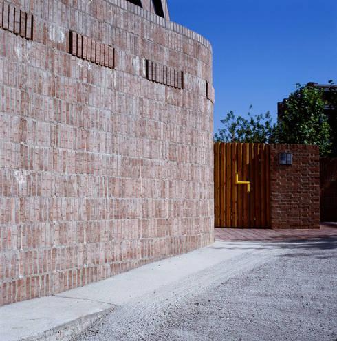 36 Viviendas en Ciudad Pegaso (Madrid):  de estilo  de Luis Martínez Santa-María