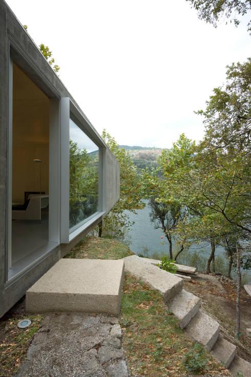 Casa no Gerês: Casas modernas por CORREIA/RAGAZZI ARQUITECTOS