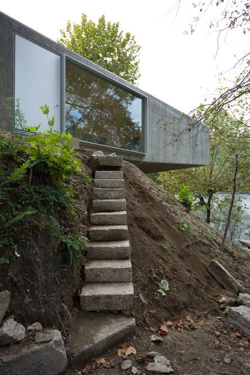 Casa no Gerês: Casas  por CORREIA/RAGAZZI ARQUITECTOS