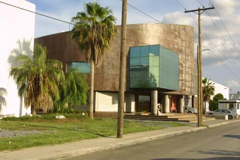 COIMMSA/Fachada lateral: Edificios de Oficinas de estilo  por URBN