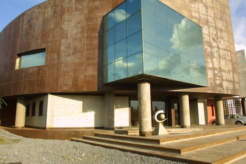 COIMMSA/Acceso principal: Edificios de Oficinas de estilo  por URBN